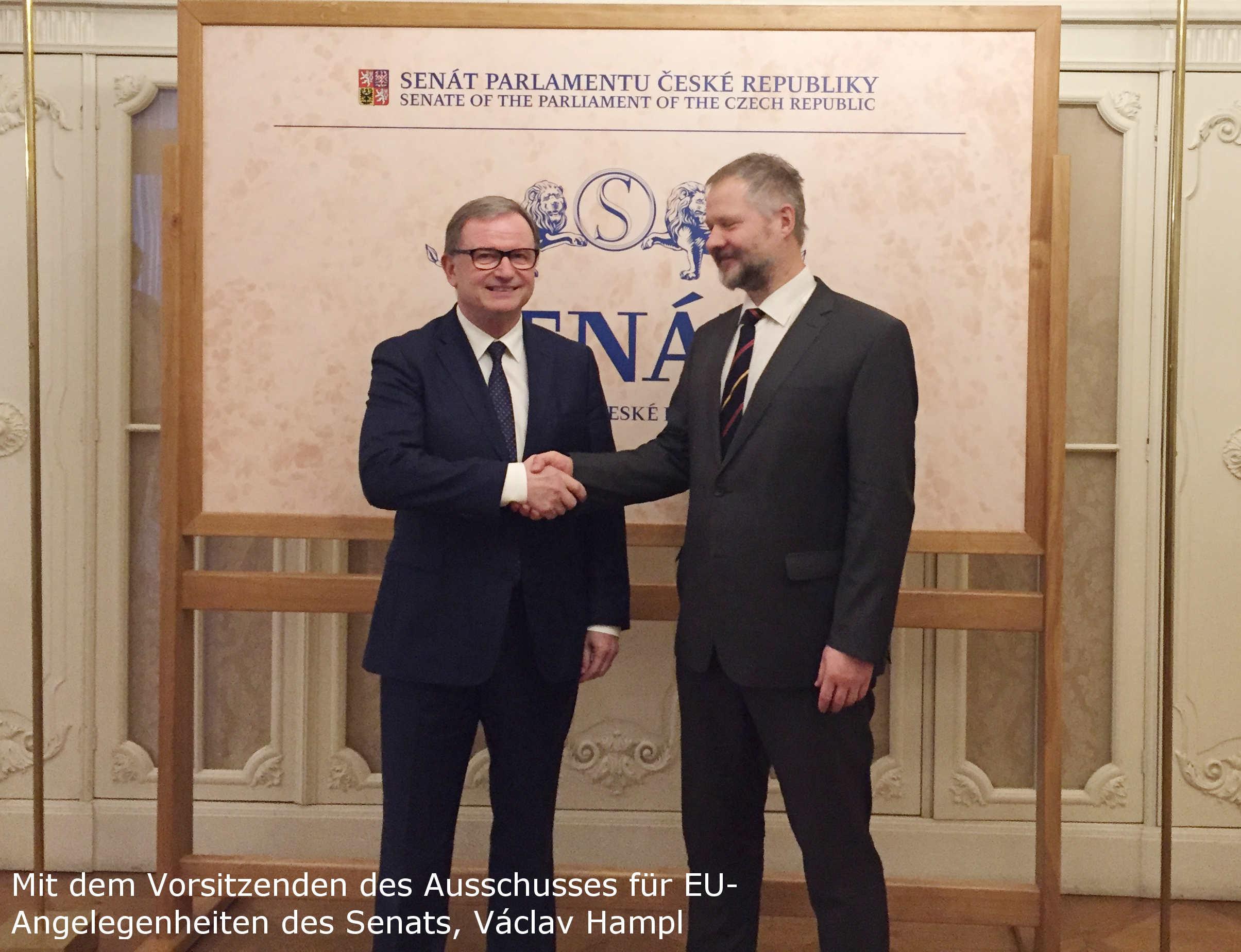 Mit dem Vorsitzenden des Ausschusses für EU-Angelegenheiten des Senats, Václav Hampl